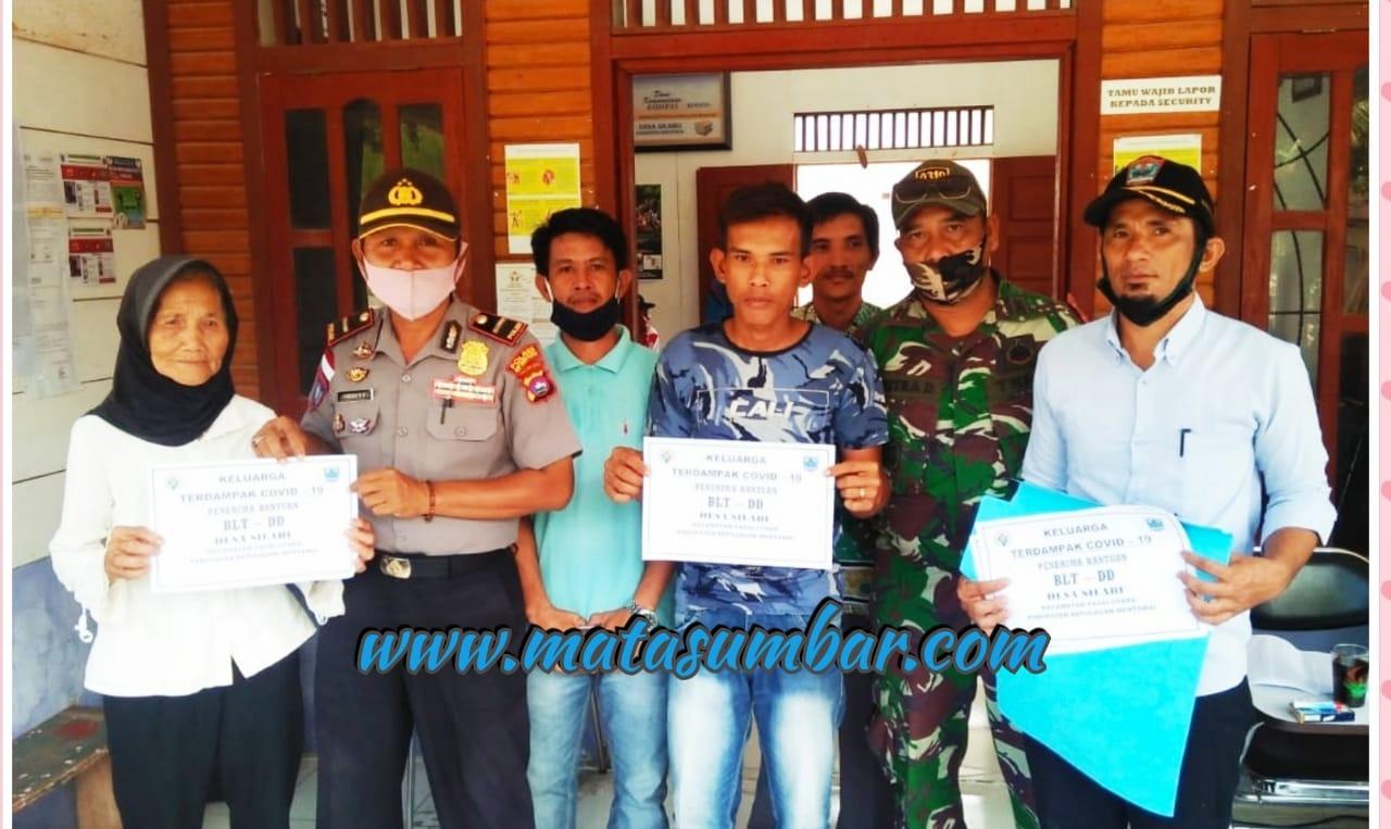 Koramil 04/Sikakap Pantau Penyerahan BLT-DD Untuk 211 KK di Desa Silabu