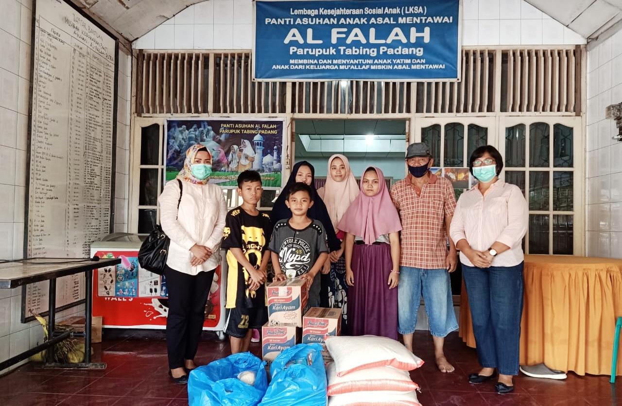 Pemkab Mentawai Serahkan Bantuan Sembako Untuk Yayasan Panti Asuhan Mentawai di Padang