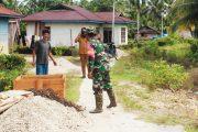 Babinsa Sikakap Dampingi Kades Sinakak Monitoring Pembuatan Jalan Rabat di Dusun Matobat