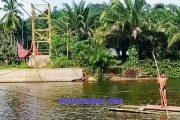 Jembatan Dibangun, Alternatif Penyebrangan Untuk Warga Kampung Ganting Kubang Pessel Hanya Rakit Bambu