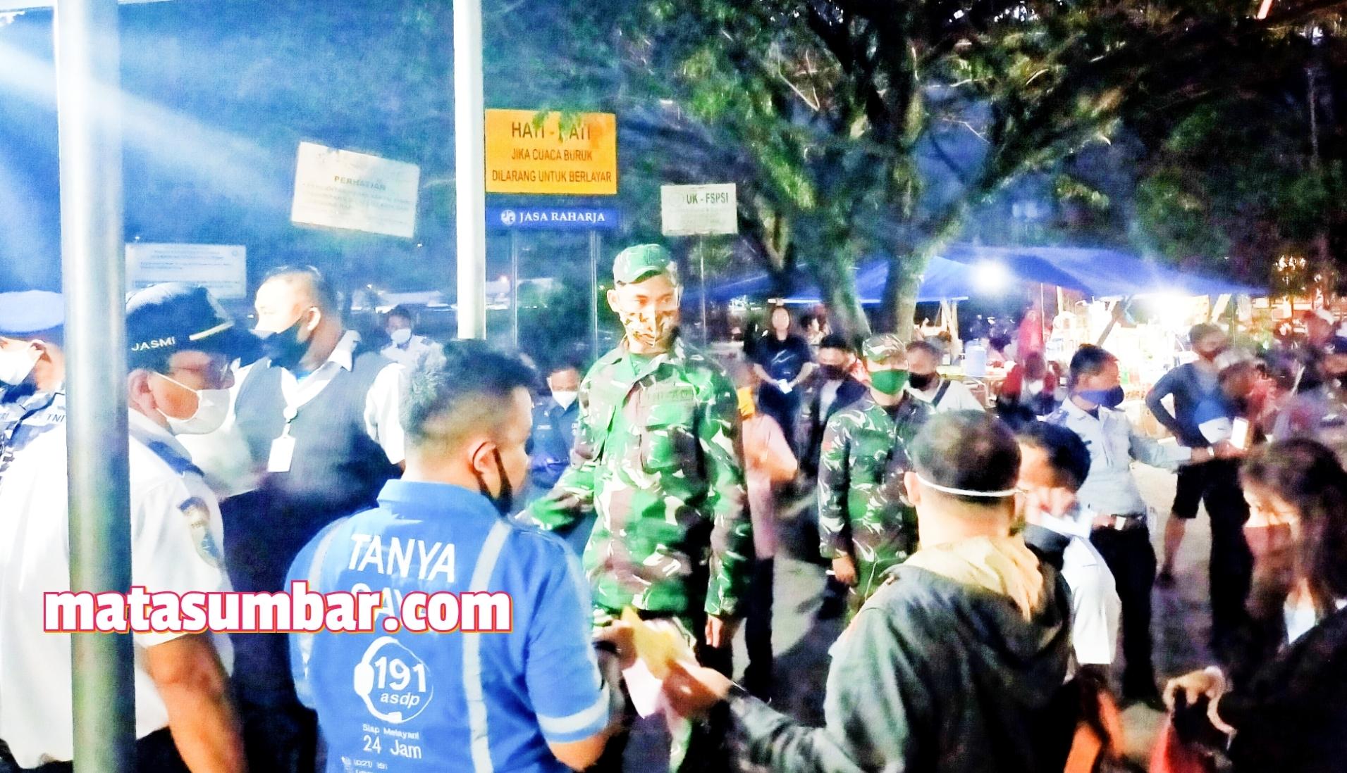 Personel Kodim 0319/Mentawai Lakukan Pengawasan Penumpang di Pelabuhan Bungus