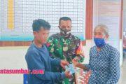 Babinsa Sikakap Dampingi Penyerahan BST Lansia dan Kartu BPJS di Desa Sinakak