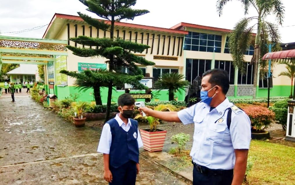 PBM Tatap Muka di SMP Negeri 1 Luhak Nan Duo Tetap Menerapkan Protokol Covid-19