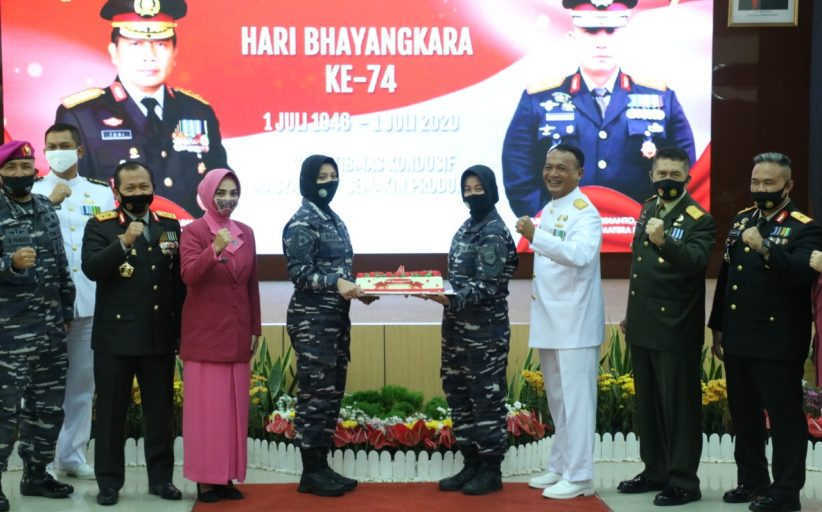Suprise Hari Bhayangkara Ke 74, Kue Ulang Tahun dari TNI untuk Polda Sumbar