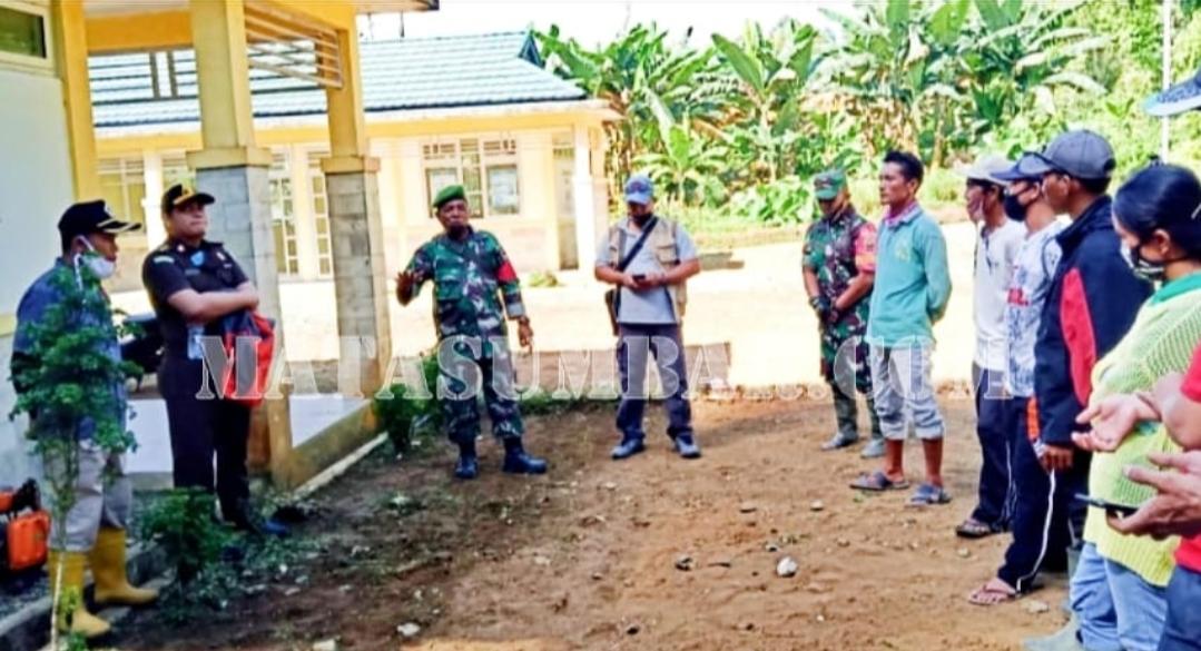 Babinsa Sikakap Dampingi Penyerahan Bantuan Bibit Sayur dan Pupuk Untuk Poktan Desa Bulasat