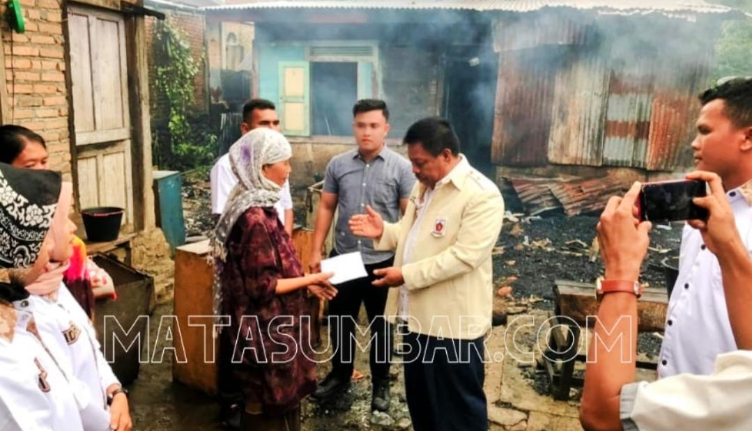 Peduli Korban Kebakaran Rumah, Ketua DPRD Pasbar Berikan Santunan dan Sembako