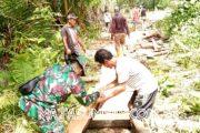 Babinsa Sikakap Bantu Warga Bangun Jembatan di Dusun Kosai Baru Bagatsagai
