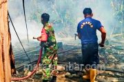 Begini Aksi Cepat Babinsa Kodim 0311/Pessel Padamkan Kebakaran Rumah Warga