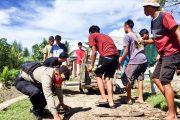 Bripka Ginting Bersama Pemuda Melakukan Aksi Bersih di Seputaran Muara Sikabaluan