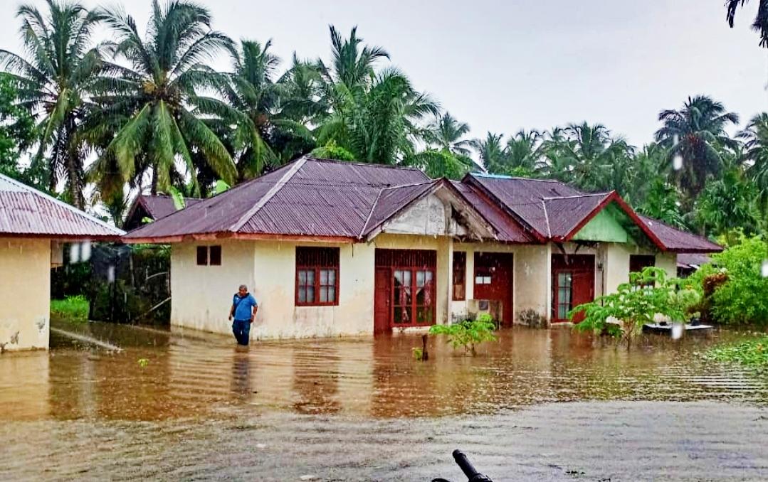 Curah Hujan Tinggi, Rumah Warga dan Asrama Polsek Sipora Terendam Banjir