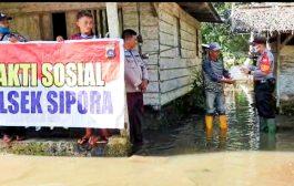 Kapolsek Sipora Tinjau Kondisi Banjir Sekaligus Berikan Bantuan Untuk Warga di Sagitsi