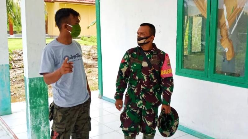 Peduli Kesehatan, Babinsa Sikakap Jalin Komsos Dengan Petugas Pustu Dusun Kosai Bagat Sagai