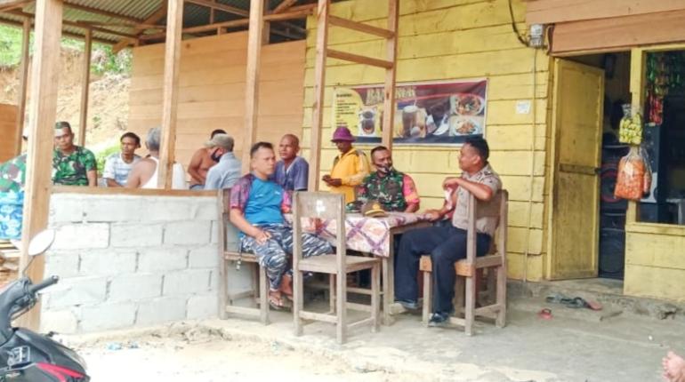 Babinsa Sikakap, Polsek dan Kamla Komsos Bersama Warga Dusun Mapinang