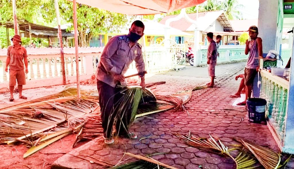 Bhabinkamtibmas Polsek Sipora Bantu Warga Mempersiapkan Tempat Penyembelihan Hewan Qurban