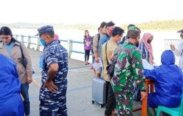 Koramil 04/Sikakap Dampingi Tim Gugus Tugas Periksa Kesehatan Penumpang Kapal Gambolo