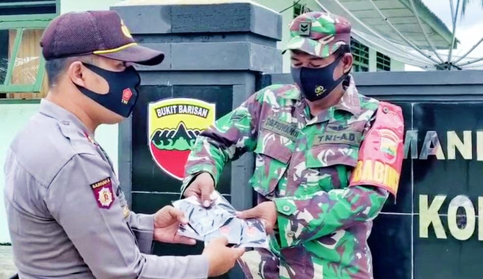 Sinergitas TNI-POLRI, Polsek Sipora Berbagi Masker Untuk Anggota Koramil