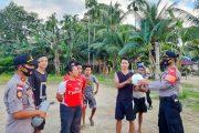 Peduli Warga, Polsek Sikakap Berikan Bantuan Satu Set Bola Volly di Dusun Mapinang