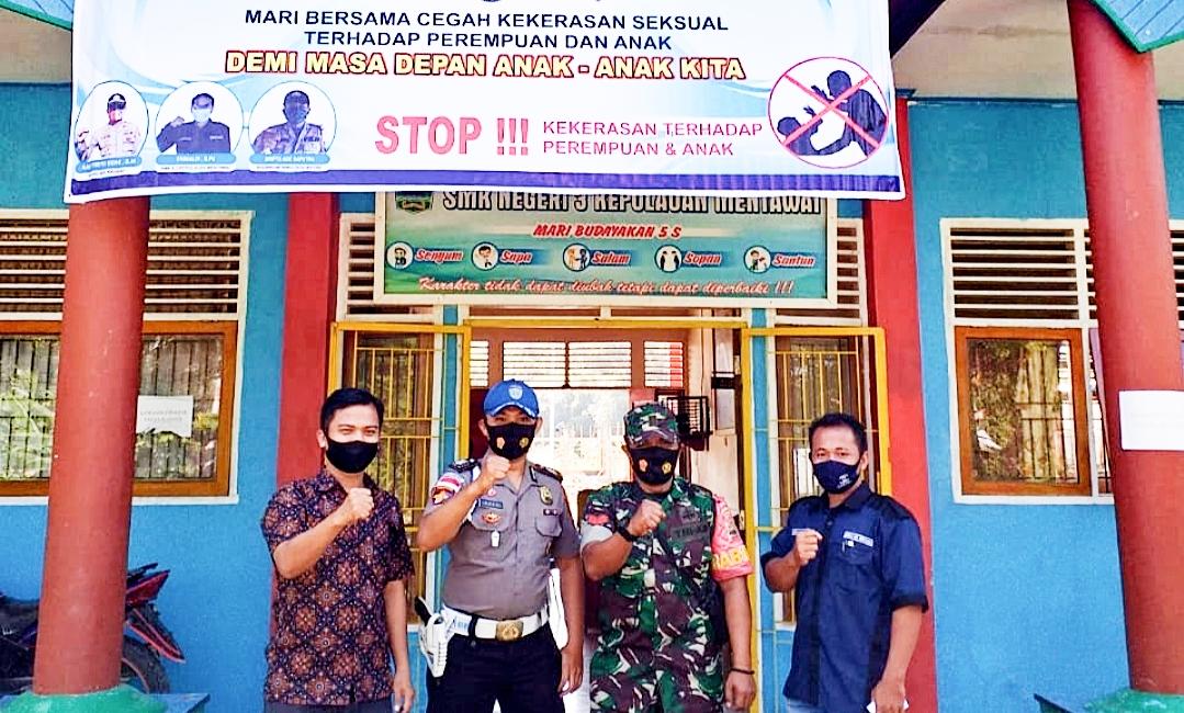 Cegah Kenakalan Remaja, Babinsa Sikakap Bersama Polsek Komsos di SMK 3 Mentawai