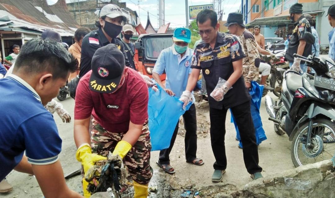 Peduli, Ketua DPD Pekat IB Padang Pariaman Goro Bersihkan Sampah Limbah di Pasar Lubuk Alung