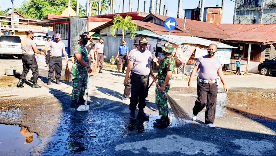 Karya Bhakti TNI-POLRI Bersihkan Areal Terminal Bus Simpang Empat Pasbar