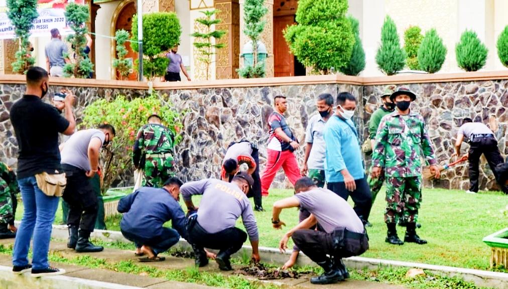 Sinergitas TNI-POLRI Gelar Karya Bhakti Aksi Bersih di Dua Titik Kota Painan