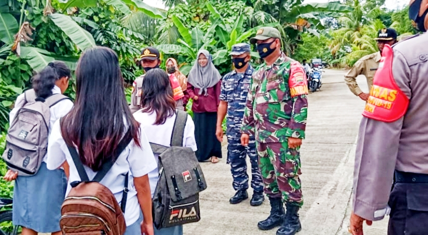 Masa AKB, Koramil 04/Sikakap Lakukan Penertiban Masker di Dusun Makuket