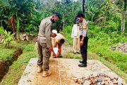 Bhabinkamtibmas Polsek Sipora Monev Penggunaan Dana Desa Saureinu'