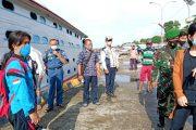 Cegah Corona, Babinramil Sikakap Terus Cek Surat Kesehatan Penumpang Kapal Antar Pulau