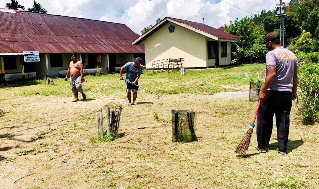 Agar Nyaman Beraktivitas, Polsek Sipora Goro Bersama Bersihkan Lingkungan Kantor