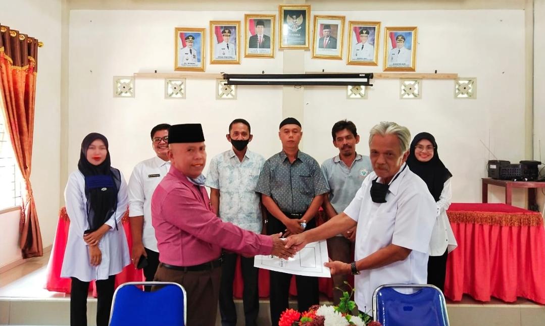 SK Panitia Pemilihan Bamus Nagari Batu Kalang di Serahkan, Jamarusti : Bekerjalah Sesuai Aturan