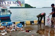 Babinramil Sikakap Bersama Warga Bersihkan Sampah di Pelabuhan Syahbandar