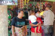 Bhabin Polsek Sipora Bagikan Masker Secara Door to door Kepada Warga Desa Nemnemleleu