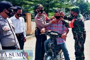 Dimasa Sosialisasi Perda AKB, Koramil Bersama Polsek Sikakap Bagikan Masker