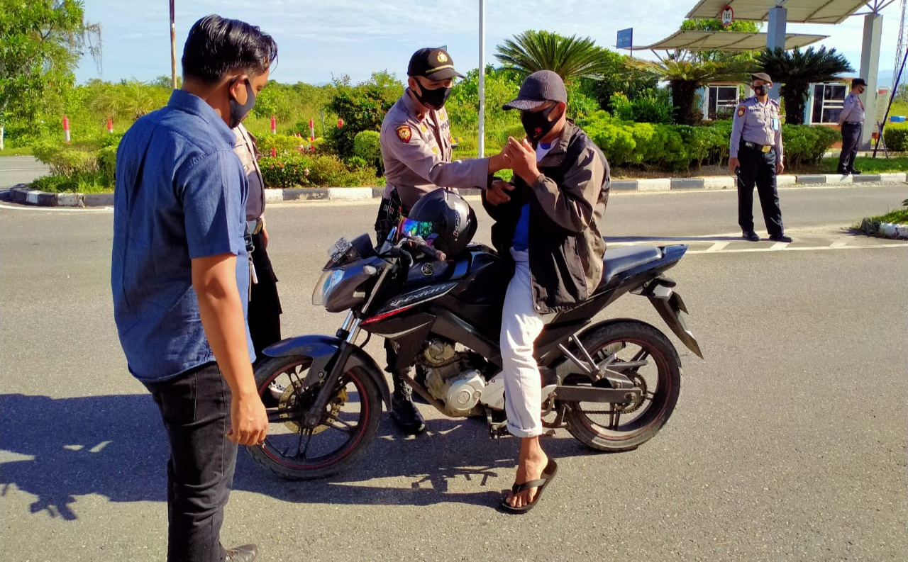 Polisi Razia Pengunjung BIM Yang Tak Pakai Masker di Gerbang BIM