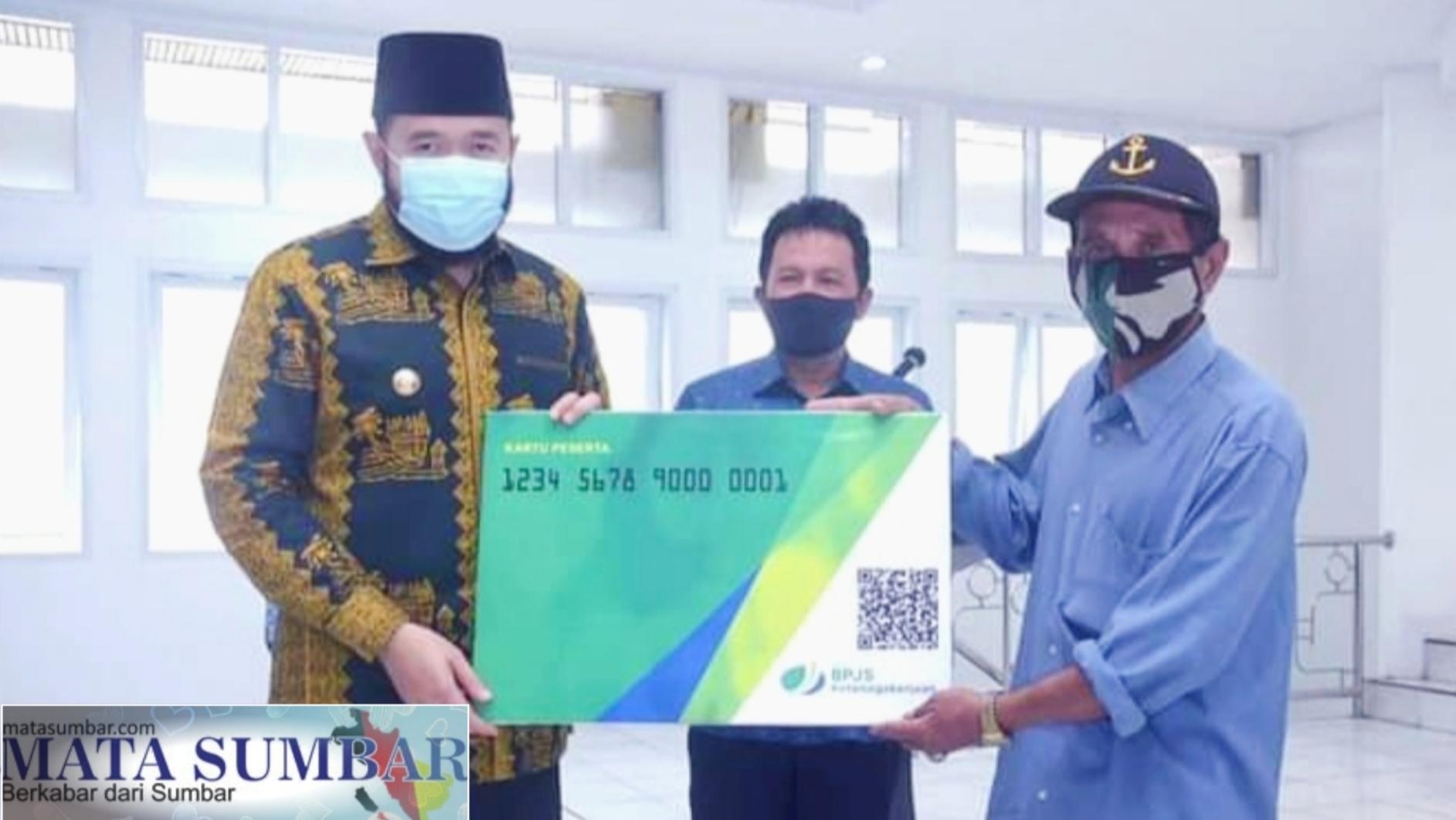 1500 Pekerja Sektor Informal di Padang Panjang Terima Kartu BPJS Ketenagakerjaan