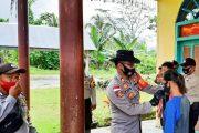 Polsek Sikakap Berbagi Masker di Desa Bulasat Serta Sosialisasi AKB