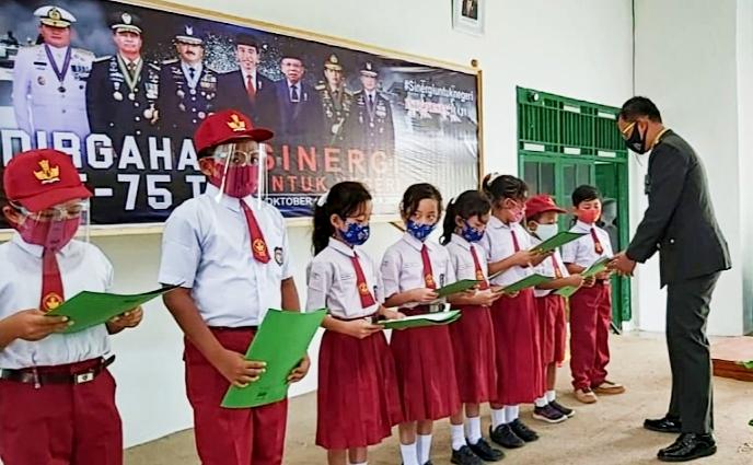 Pelajar Berprestasi, Kodim 0319/Mentawai Berikan Beasiswa Kepada Anak Prajuritnya