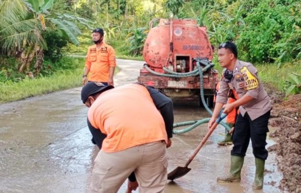 Tim BPBD Mentawai Bersama Bhabin Polsek Sipora Lakukan Pembersihan Total Material Longsor