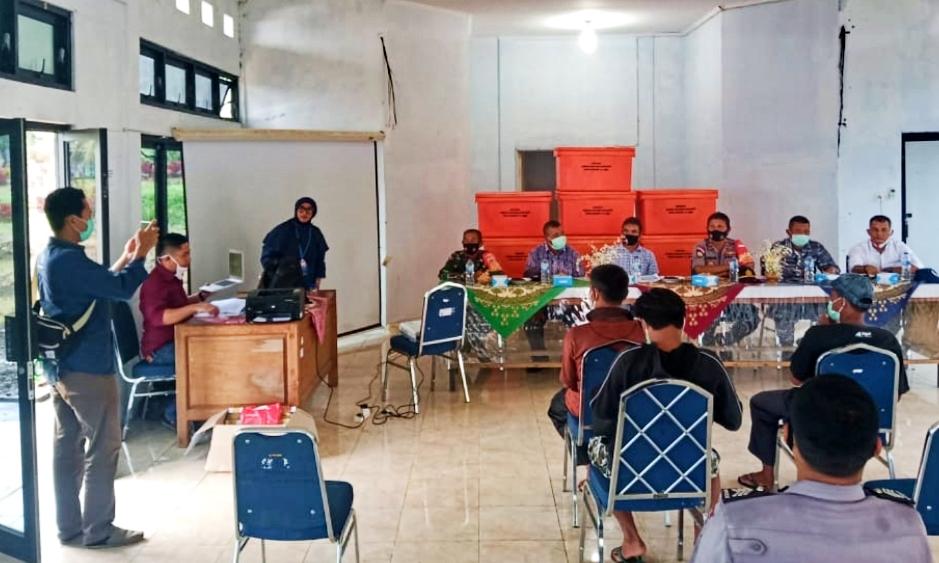 Babinsa Sikakap Hadiri Penyerahan Bantuan Nelayan Untuk KUB Dusun Sibaru Baru