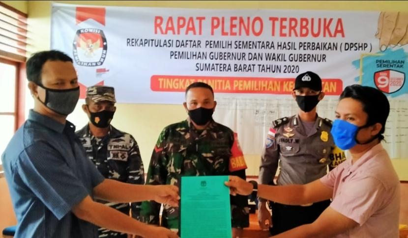 Babinsa Sikakap Hadiri Rapat Pleno Terbuka Rekapitulasi DPSHP Tingkat Kecamatan