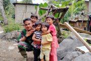 Sebagai Obat Rindu Dengan Keluarga, Satgas TMMD Ajak Anak-Anak Bermain