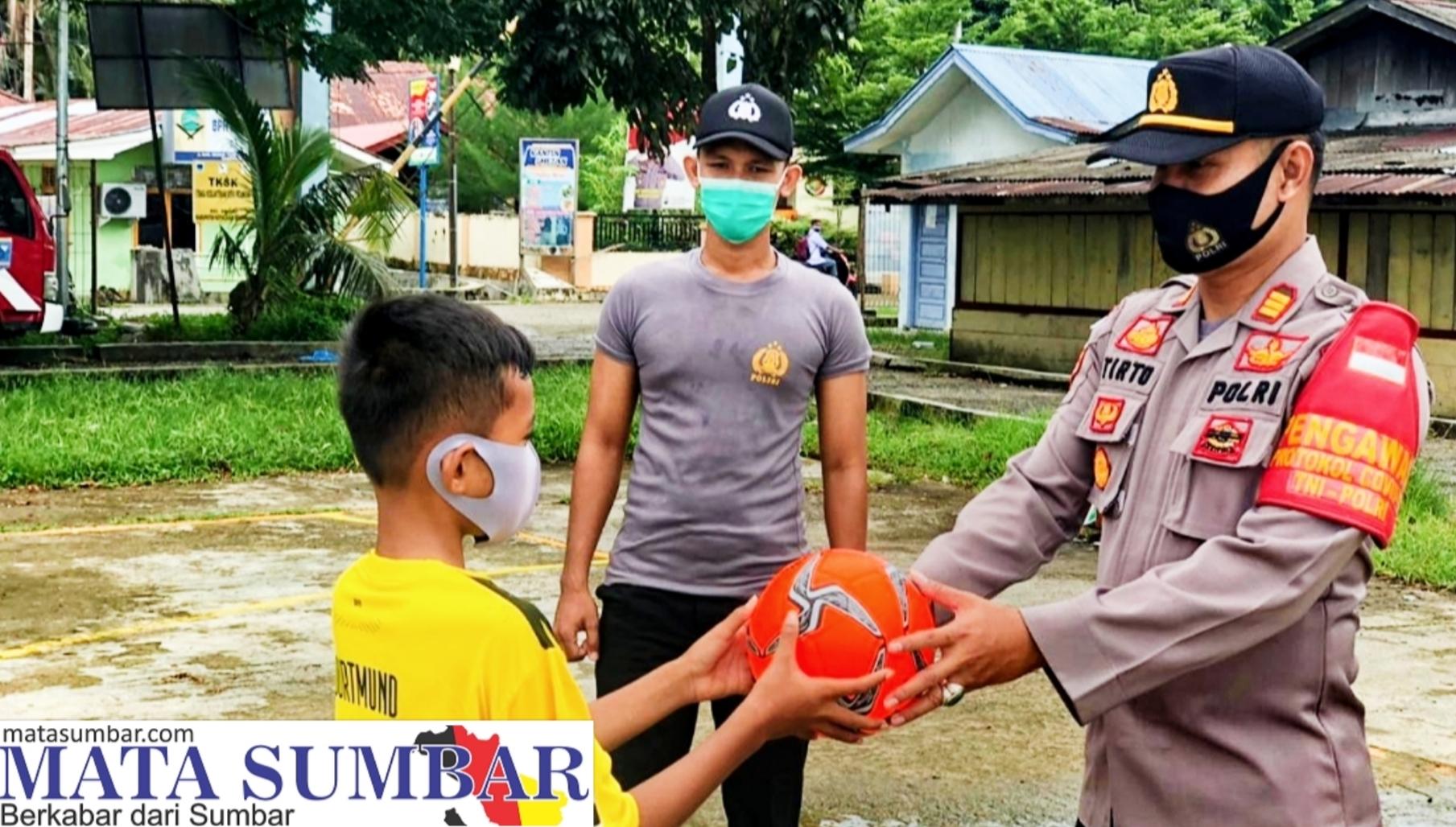 Polsek Sikakap Berikan Bantuan Bola Futsal Serta Edukasi Para Remaja Soal Prokes