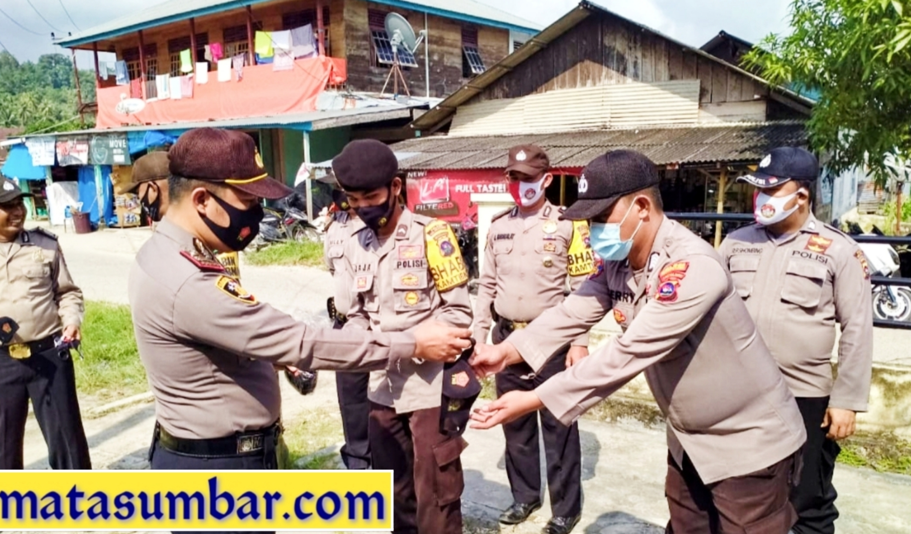 Kapolsek Sipora Berikan Kembali Masker Berlogo TNI-POLRI Kepada Personel