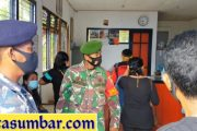 Penyerahan BST di Kantor Pos, Babinramil Sikakap Berikan Kenyamanan Kepada Warga
