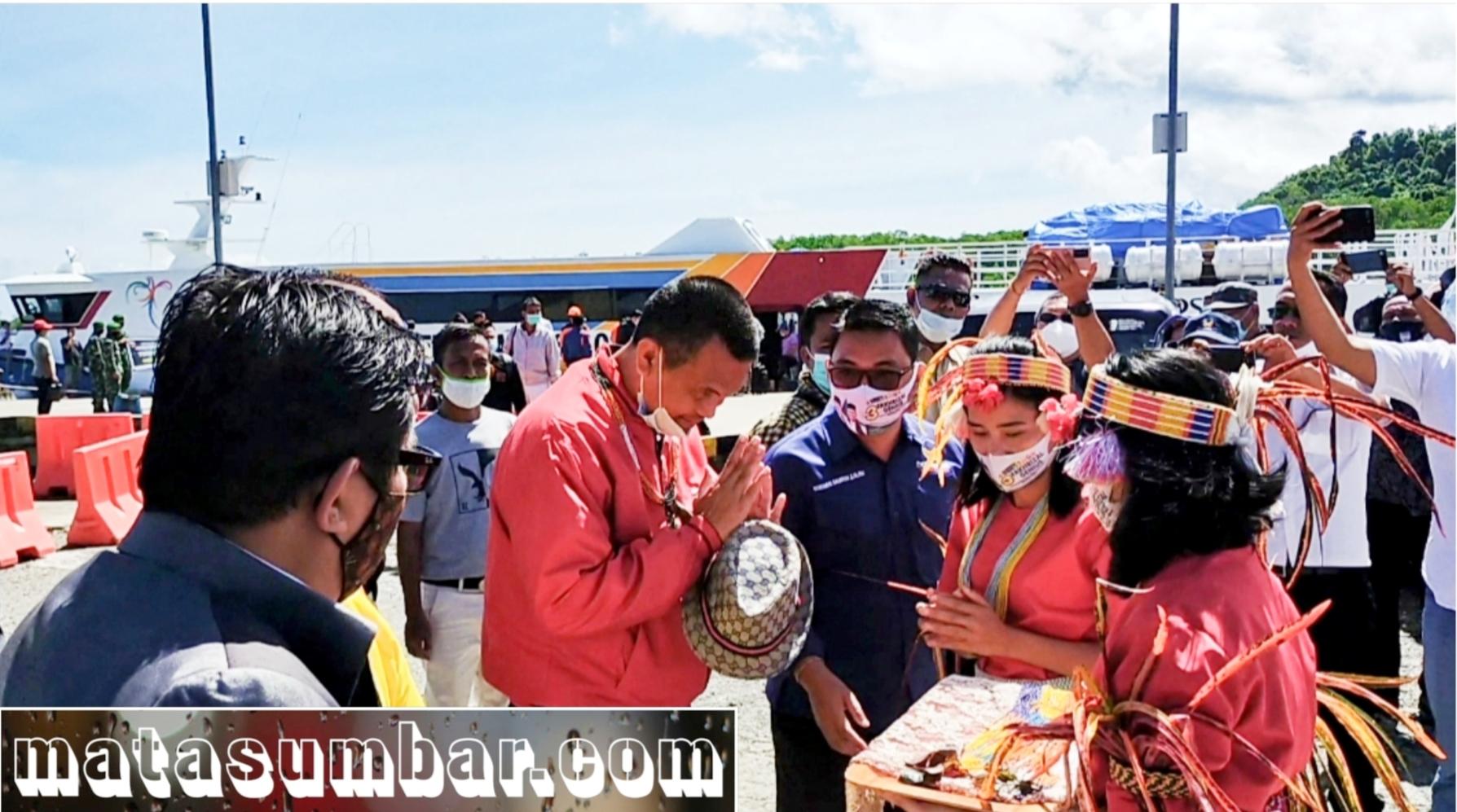 Datang Ke Mentawai, Cawagub Genius Umar Disuguhkan Turuk Sikerei