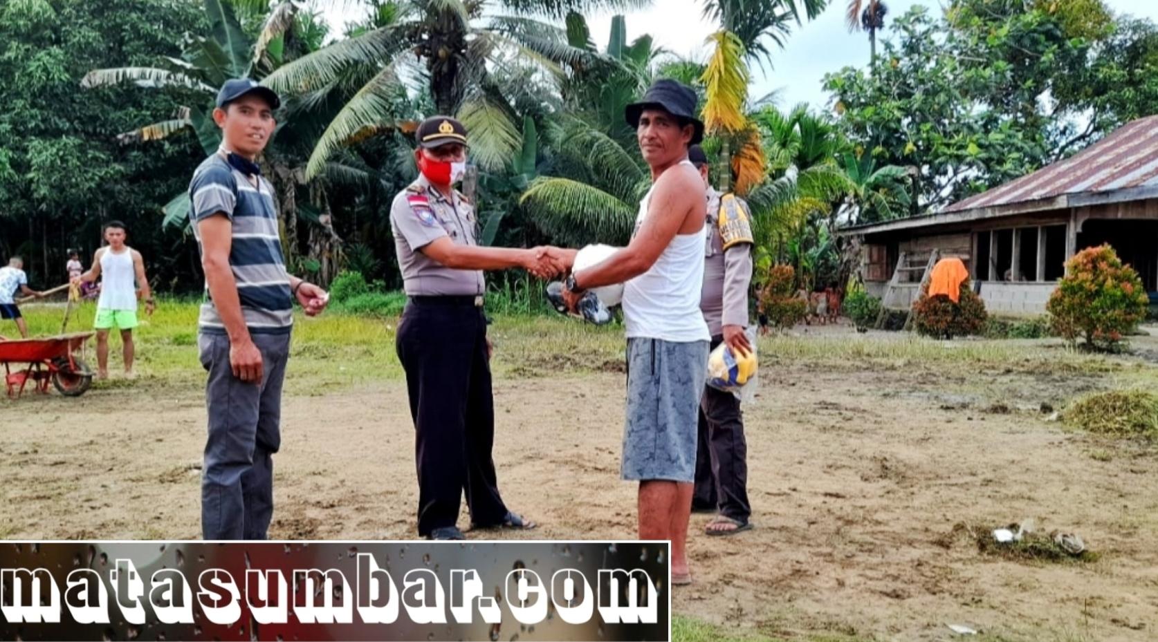 Polsek Sikakap Berikan Bantuan Sarana Kontak Olahraga Kepada Warga Dusun Makukuet