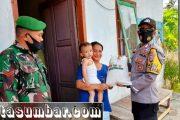 Babinramil Bersama Polsek Sikakap Berikan Bantuan Beras dan Masker di Desa Betumonga