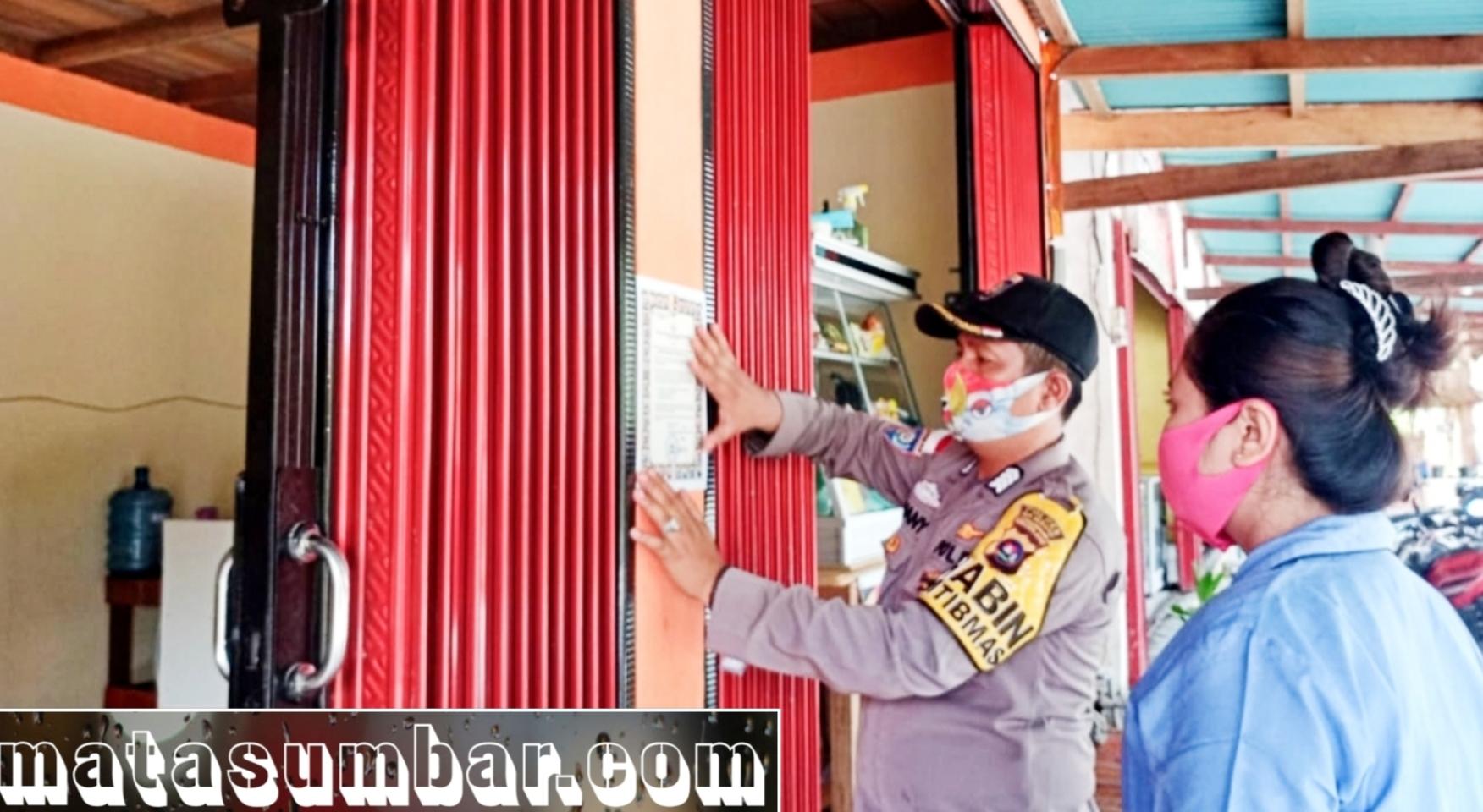 Kepatuhan Terhadap Prokes, Polsek Siberut Tempel Maklumat Kapolri di Tempat Umum