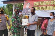 Peduli Warga, Dandim Bersama Kapolres Mentawai Salurkan Bantuan Beras di Desa Matobe