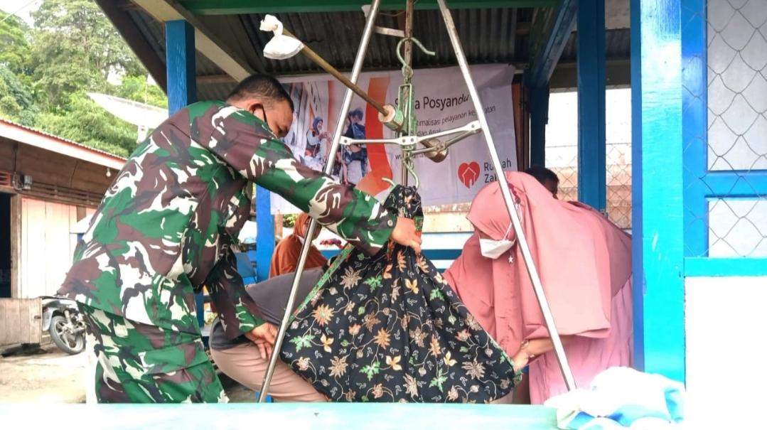 Babinsa Koramil 04/Sikakap Bantu Pelayanan Posyandu